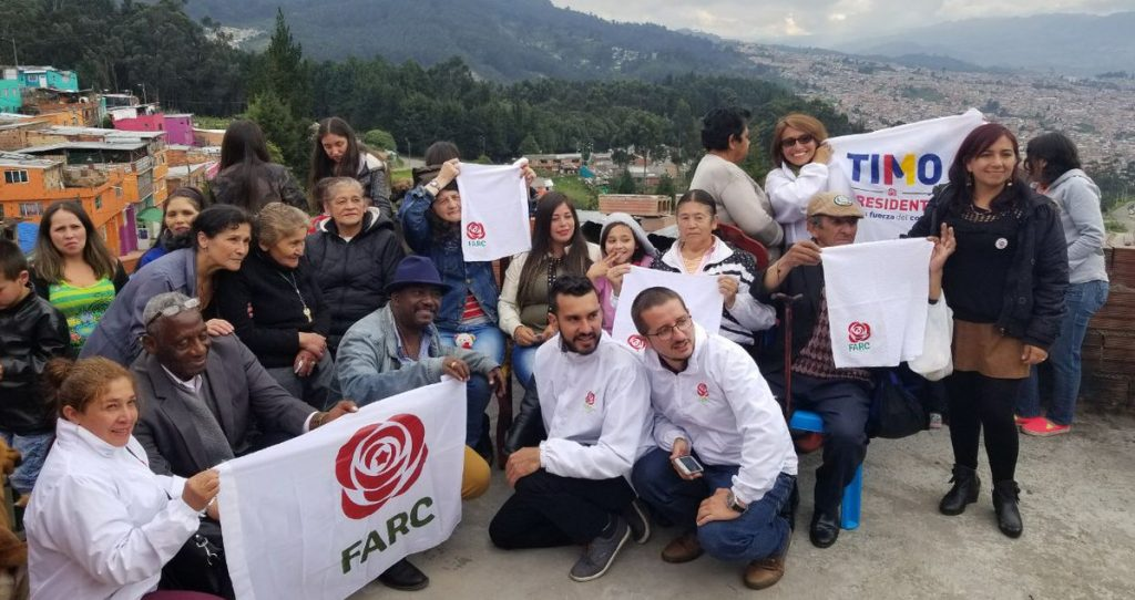 Valentina (4. Person von rechts) inmitten anderer Wahlkämpfer der FARC